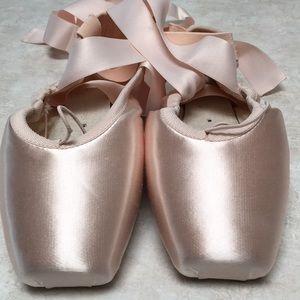 NEW Russian Pointe Encore Ballet Shoes 37.5 5W